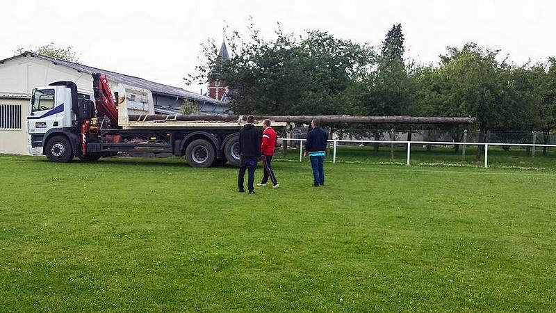 Les bénévoles du FCM aménagent les abords du terrain de foot