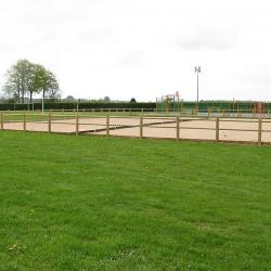 Terrain de pétanque (en avant, le terrain de foot)